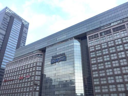 新宿駅南口。Suicaペンギン広場と高島屋前