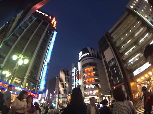 新宿駅東口。若者で賑わう繁華街
